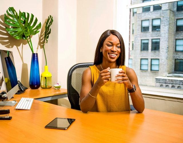 Kvinde siddende i kontorstol